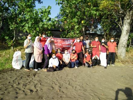 Pembersihan Sampah Plastik di Pantai Desa Musi dalam memperingati Bulan Bung Karno III